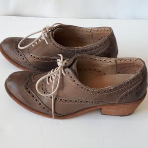 Frye Maggie Wing tip lace up shoes lt brown taupe